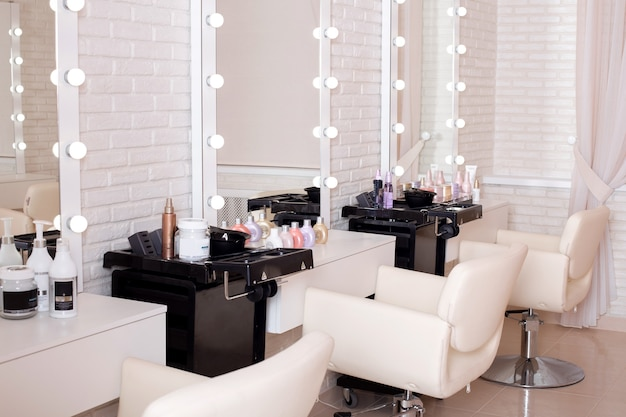 Рабочие места мастеров в парикмахерском салоне красоты. современный дизайн и интерьер.