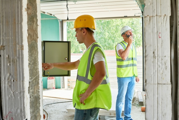 未完成の建物での作業プロセス