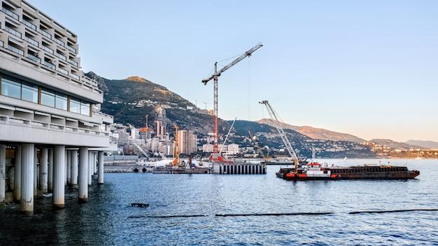 モナコの海岸近くの作業プロセス