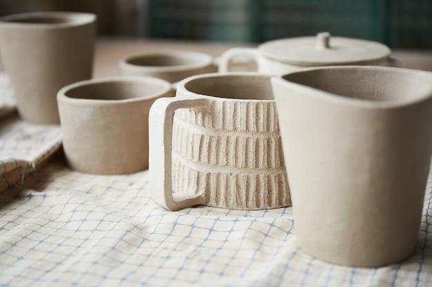 陶芸家の作業台。粘土のワークショップ。陶器を作るプロセス。マスター陶芸家は彼女のスタジオで働いています