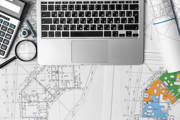 청사진 및 노트북 인테리어 디자이너의 작업 테이블