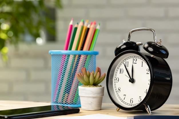 알람 시계와 스마트 폰 작업 테이블