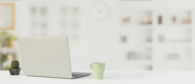 Рабочий стол с ноутбуком, кружкой, копией пространства и размытым фоном, 3d-рендеринг, 3d-иллюстрация