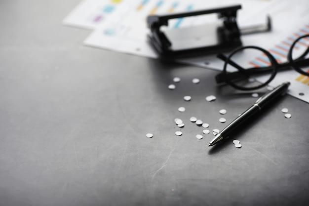 作業時間はデスクトップを象徴しています。保険マネージャーと銀行家からの書類が入ったオフィスデスク。テーブルのサラリーマン。時間の不足の概念。