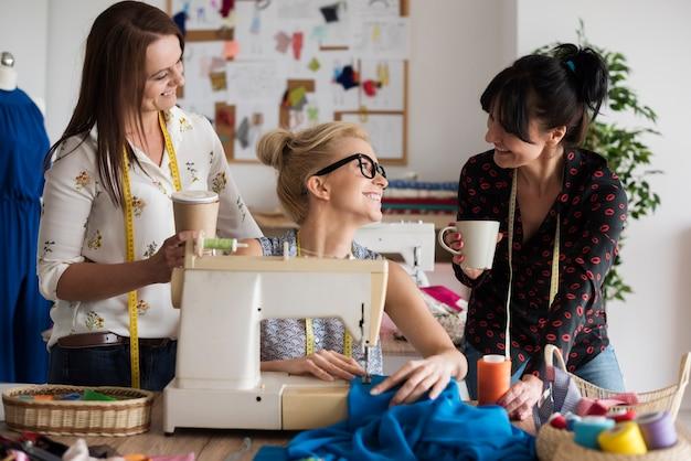女の子と一緒に仕事をすることで完璧なデザインが生まれます