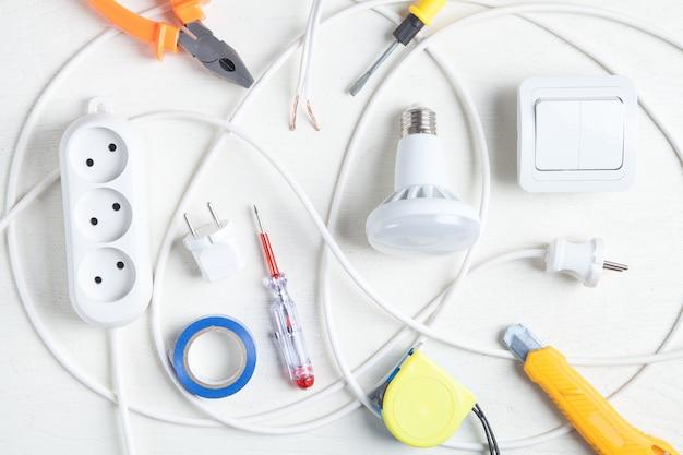 작업 도구, 전구 및 구성 요소. 전기 물체