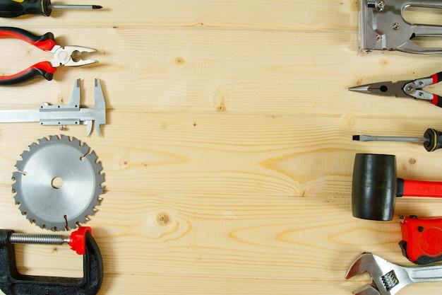 作業ツール。木製の背景に多くの作業ツール。