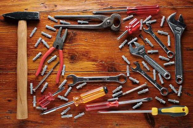 Рабочие инструменты на деревянном деревенском столе. вид сверху
