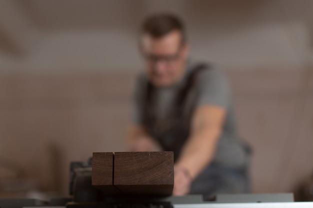 木工ワークショップで丸のこを使って作業する。