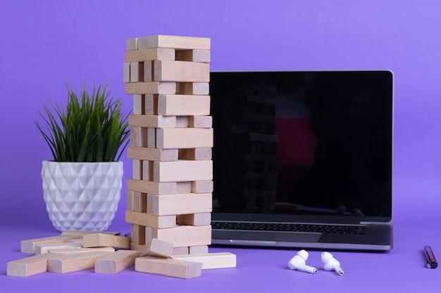 전자 비즈니스, 비즈니스 개념을 보기 위해 웨비나에 연결된 노트북 컴퓨터로 작업