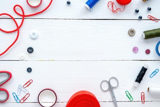 Работа с тканью, ручными вещами и составом материалов. вид сверху
