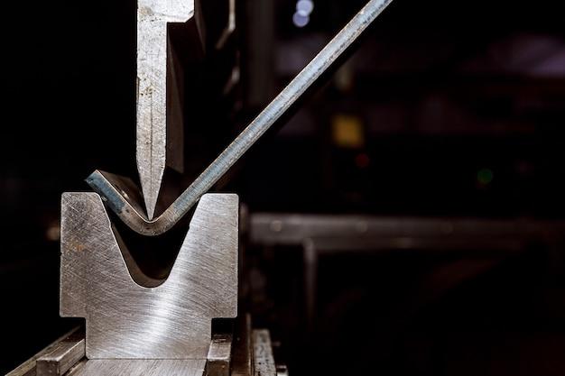 Работа с листовым металлом и на специальных гибочных станках. гидравлический листогибочный пресс или гибочный станок для листового металла.