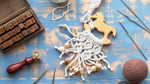 毛糸、木製の文字セット、手作りのもの、素材、楽器の構成を扱います。上面図