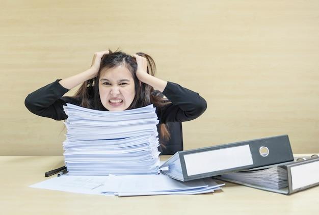 Работающая женщина подчеркнута из рабочего документа и файла документов перед ней