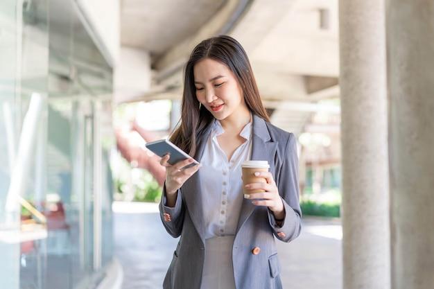 働く女性のコンセプトビデオ会議に出席し、コーヒーを飲みながら若い女性マネージャー。