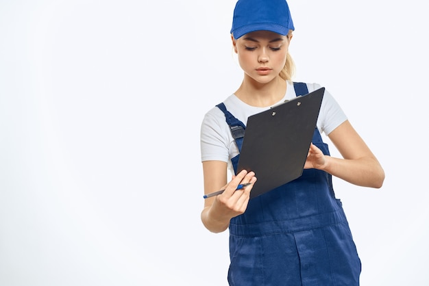 Работающая женщина в форме курьерских служб службы доставки документов.