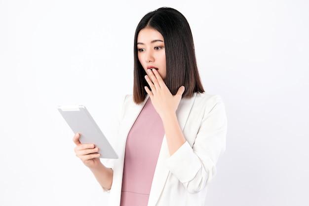Рабочая женщина с удивлением смотрит на планшет