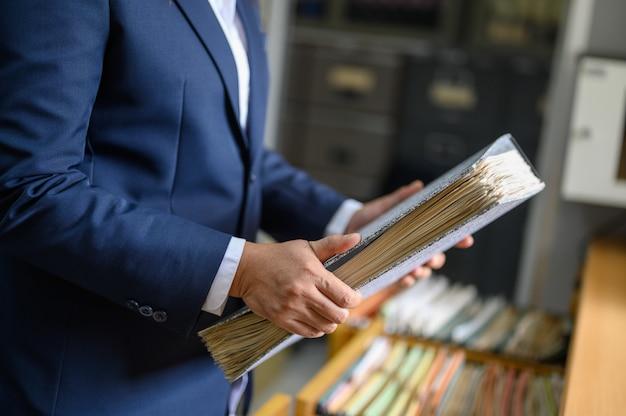 Работающей женщине удается найти офисные документы