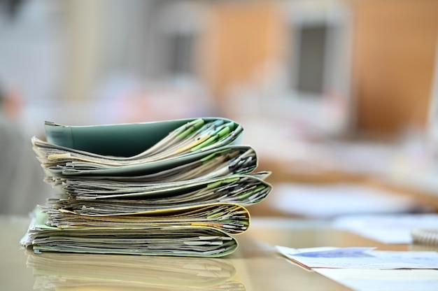 机の上でファイルを探している働く女性