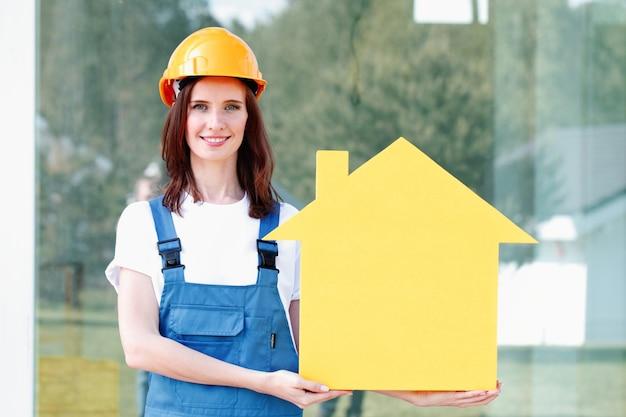 Рабочий и символ желтый дом