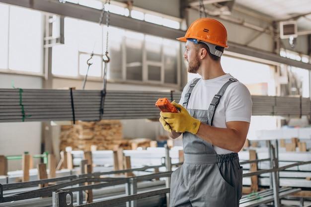 주황색 헬멧을 쓴 가게 집에서 일하는 노동자