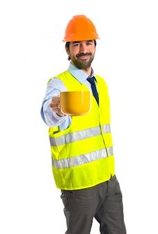 コーヒーを持っている職人