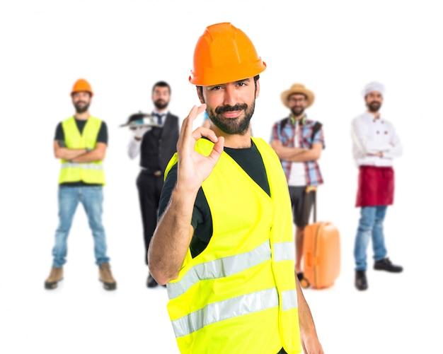 Работник делает знак ок на белом фоне