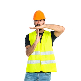 労働者は白い背景の上にジェスチャーをタイムアウトさせる
