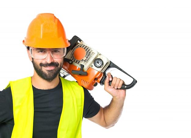 Работник с бензопилой на белом фоне