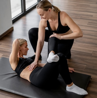 Тренировка с личным тренером упражнениями на пресс