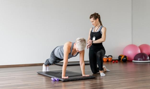 Тренировка с личным тренером на коврике для йоги Бесплатные Фотографии