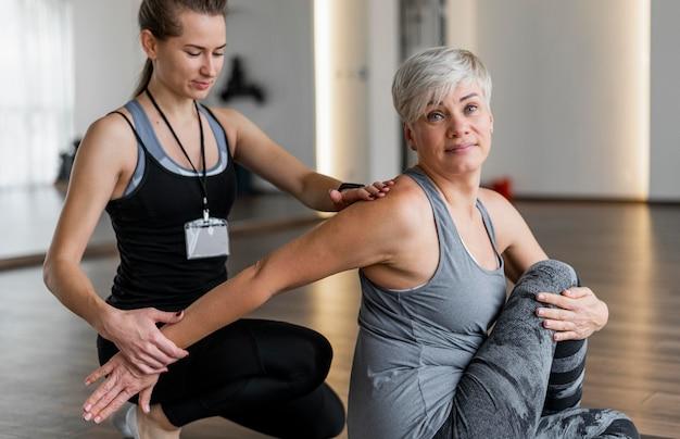 腕を伸ばすパーソナルトレーナーとのトレーニング