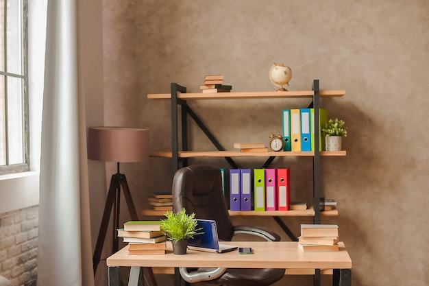 Рабочее место дома. стойка с папками и таблицей с крупным планом ноутбука и копией пространства.
