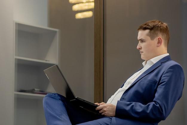 직장 변호사 성공 칼라 임원 공증인 중개인 변호사 사람들 기업 개념. 직장에서 넷북을 사용하는 진지하고 잘 생긴 생각에 잠긴 똑똑한 영리한 브로커 부동산 중개업자 모집자.