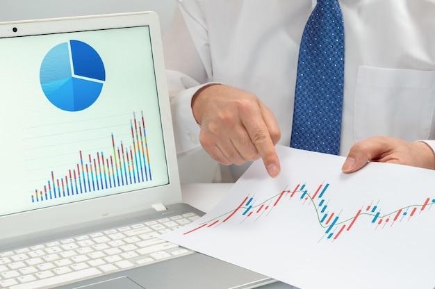 직장 사업가. 책상 위의 차트와 그래프. 비즈니스 개념.