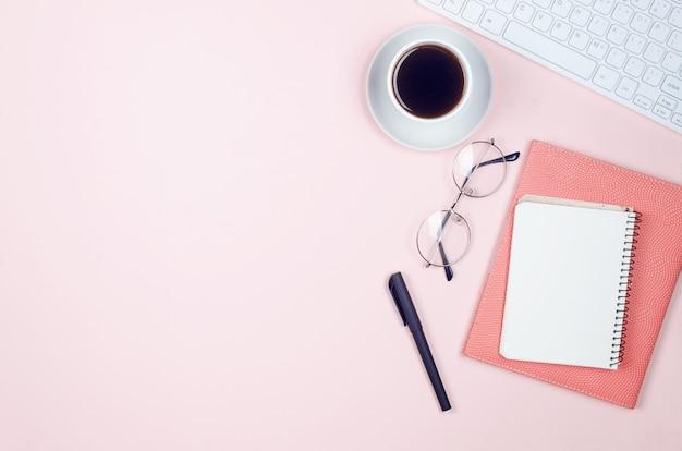 Рабочий стол с блокнотами, пустой бланк, принадлежности, стаканы и чашка кофе