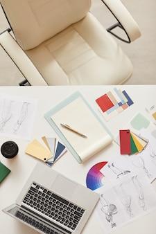 現代のオフィスの職場、コピースペース