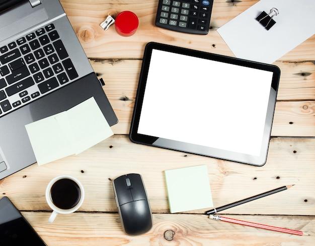 Рабочее место, ноутбук и планшетный пк на деревянном столе