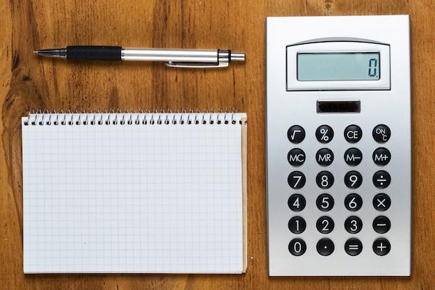 職場。テーブルの上のメモ帳と電卓