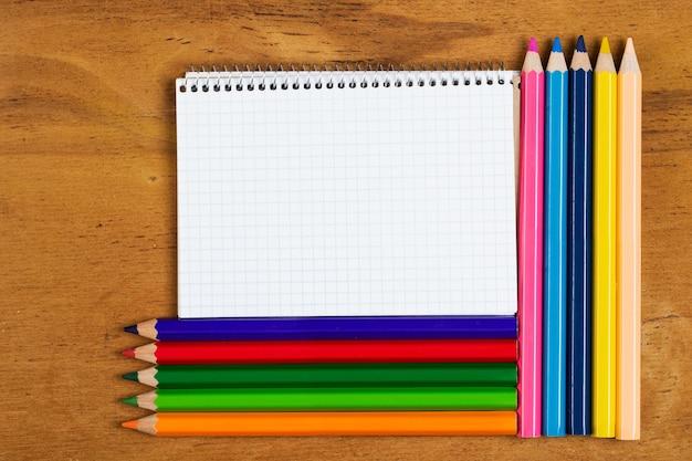 Posto di lavoro. blocco note e matite colorate