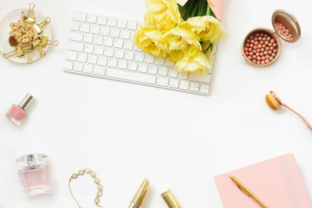 노란 봄 튤립 꽃다발과 패션 블로거의 직장