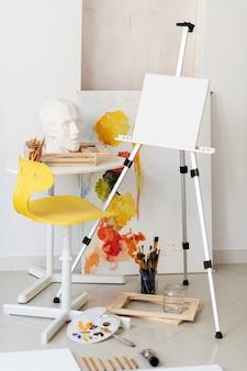 Рабочее место маленького художника в мастерской