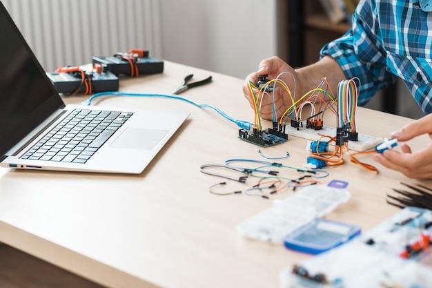 電子機器を実験するエンジニアの職場