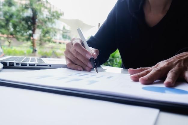 職場の紙の計画ホワイトボードのビジネスマン