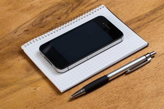 Рабочее место. телефон и блокнот на столе