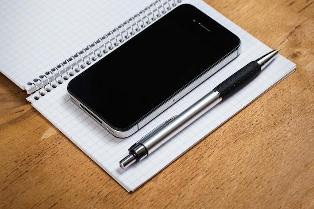 職場。テーブルの上の電話とメモ帳