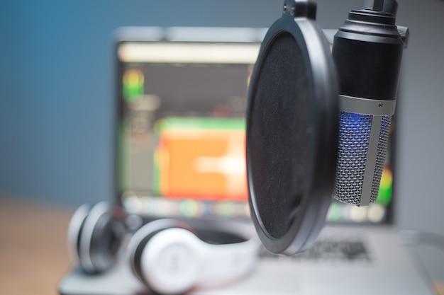 放送用の職場録音ポッドキャストホームオフィススピーチ。コンピューターストリーミングライブプロダクションを備えた機器トークスタジオ。録音通信エンターテインメント。