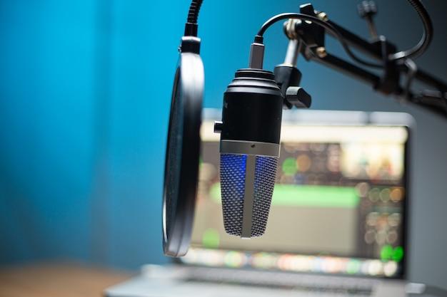 방송을 위한 직장 녹음 팟캐스트 홈 오피스. 컴퓨터 스트리밍 라이브 프로덕션이 있는 장비 토크 스튜디오. 통신 엔터테인먼트를 기록합니다.