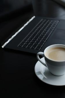 コンピューターとコーヒーカップのある職場