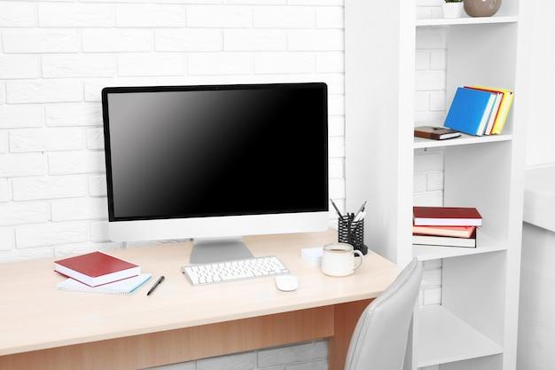 사무실에서 컴퓨터와 직장